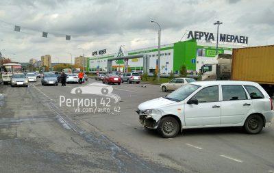 Фото: в Кемерове на Ленинградском произошло массовое ДТП