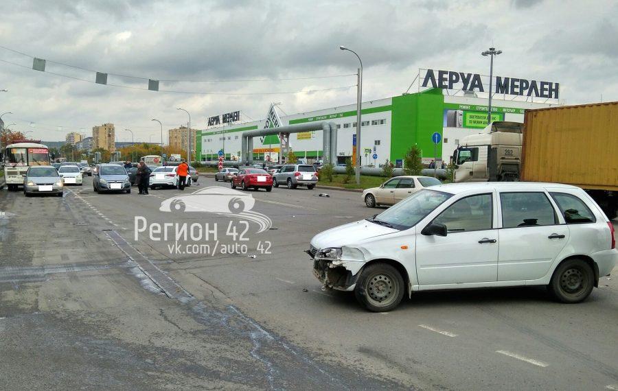 В Кемерове на Ленинградском произошло массовое ДТП, опубликованы фото аварии