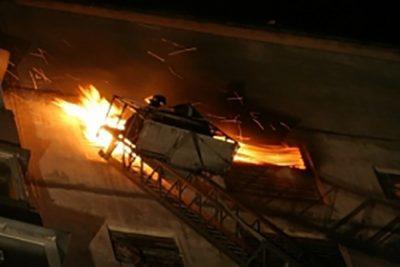 В Новокузнецке ночью горел многоквартирный дом