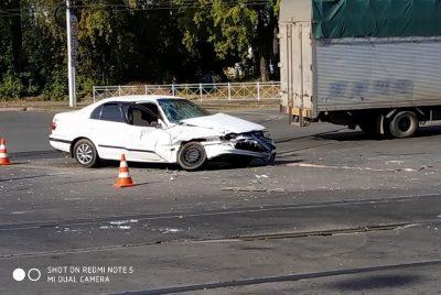 В Кемерове при столкновении Toyota и грузовика пострадал подросток