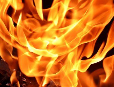 В Юрге сгорел грузовик, пожарные спасли двоих человек