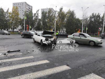 В Кемерове у ЗАГСа Центрального района столкнулись Lada и Toyota