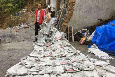 Жительница Китая сшила свадебное платье из 40 мешков для цемента