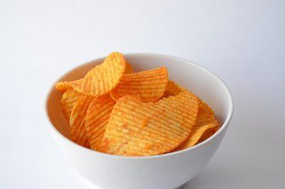 Госдума предлагает запретить продавать в школах чипсы и газировку