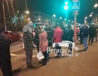 «Легковушка» завалилась на бок на пешеходном переходе в Кемерове