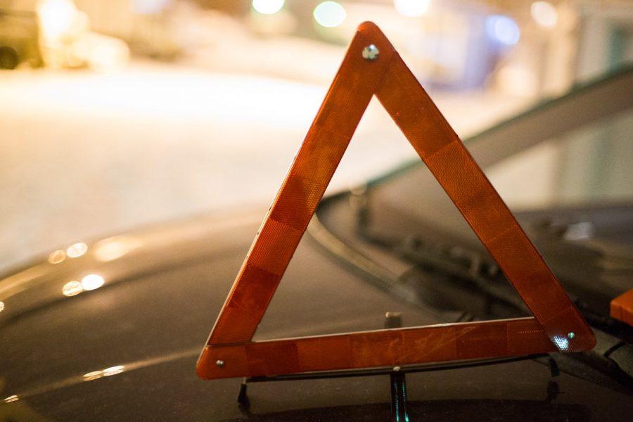 На кузбасской трассе «легковушка» слетела в кювет, двое пострадали