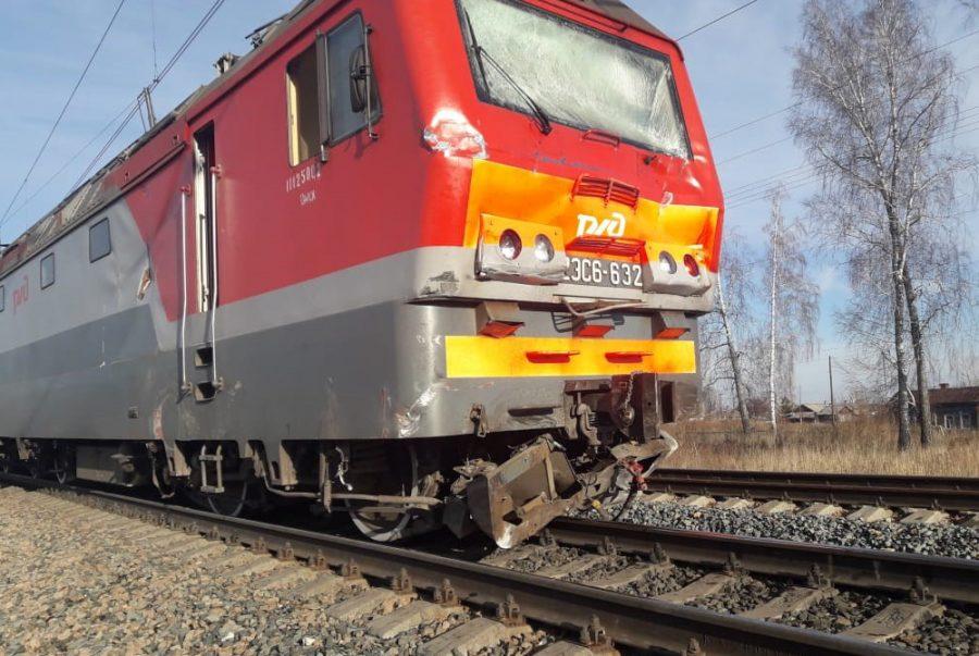 Фото: в Кузбассе поезд «разорвал» КамАЗ