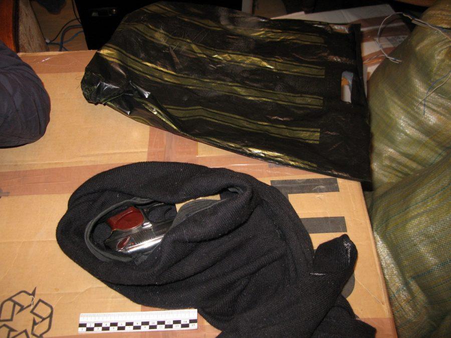 Междуреченец сдал в полицию пистолет и патроны, найденные в купленной квартире