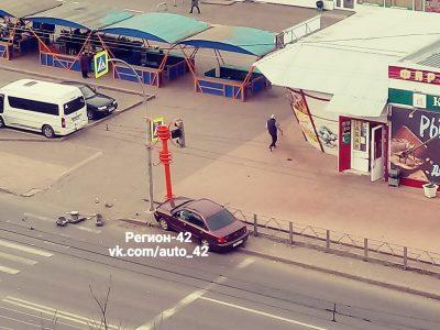 Видео: в Кемерове водитель Kia чуть не завалил светофор на пешехода