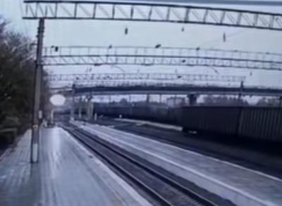 Видео: в Амурской области мост рухнул на движущийся поезд, есть пострадавший