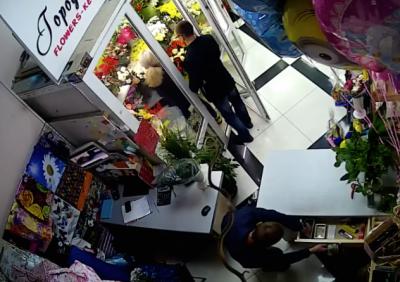 Кемеровская полиция установила подозреваемых в краже денег из цветочного павильона