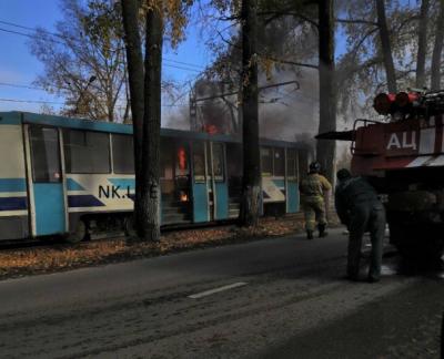 В Новокузнецке возле АЗС горел трамвай, опубликовано видео пожара