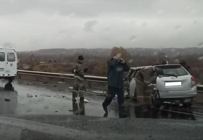 В Кузбассе на трассе при столкновении BMW и Toyota пострадали пять человек (видео)