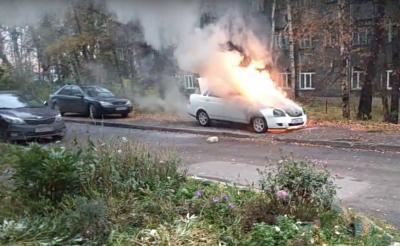 В Ленинске-Кузнецком полыхала Lada Priora, автопожар сняли на видео