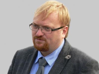 Депутат Виталий Милонов предложил запретить школьницам красить волосы и пользоваться косметикой