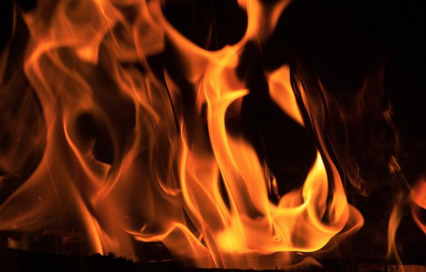 В Новокузнецке подожгли пятиэтажку, спасены двое взрослых и двое детей