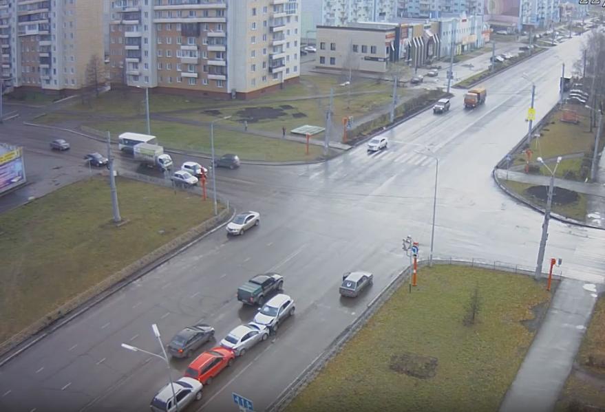 Видео: кузбасский пенсионер разогнался и смял три машины на «встречке»