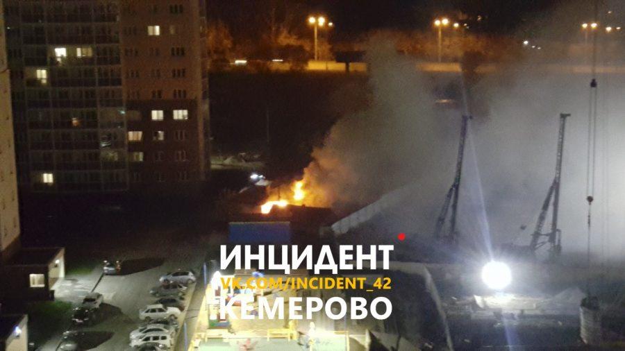 Фото: в элитном районе Кемерова ночью горел частный дом
