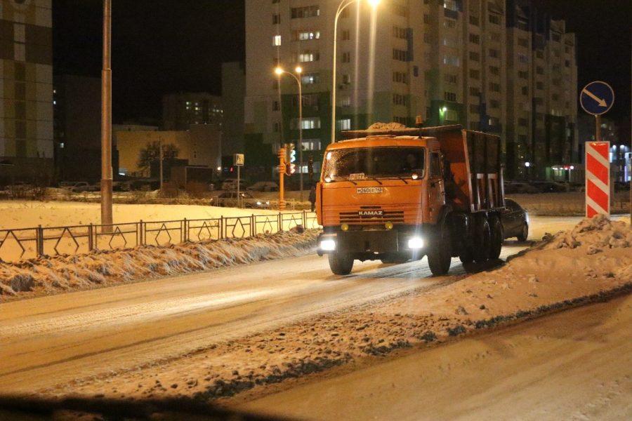 Почти 600 КамАЗов снега вывезли из Кемерова ночью