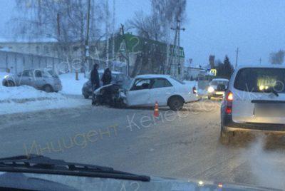 Видео: в «лобовом» ДТП в Кемерове пострадали двое