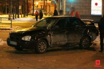 Видео: в Новокузнецке троллейбус с пассажирами протаранил «Ладу», есть пострадавшие