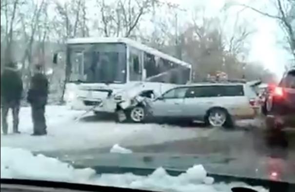 Видео: в Новокузецке автомобиль врезался в автобус