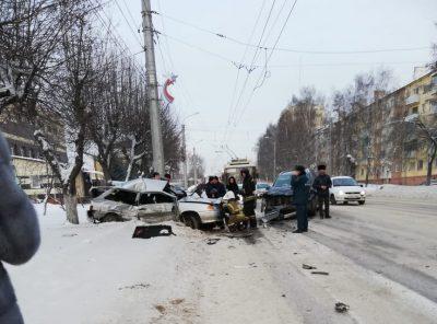 В Кузбассе столкнулись два авто, есть погибший и пострадавший