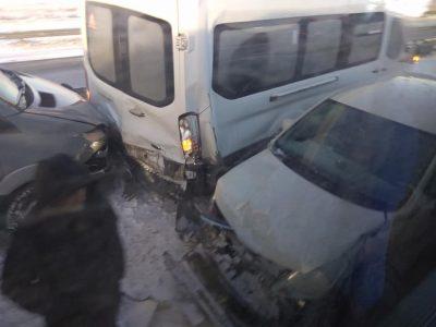 На кузбасской трассе за раз разбились 9 машин и автобус