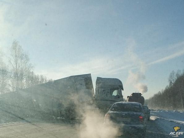 На трассе Кемерово-Новосибирск фура столкнулась с грузовиком и перекрыла дорогу