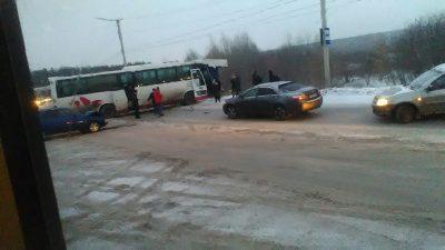 В Кузбассе рейсовый автобус сбил подростка и разбил две легковушки