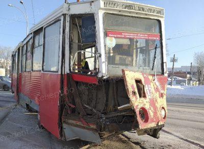 Фото: в Кемерове грузовик раскурочил трамвай с пассажирами