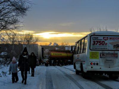 Фото, видео: две фуры на несколько часов отрезали Кировский район Кемерова от города