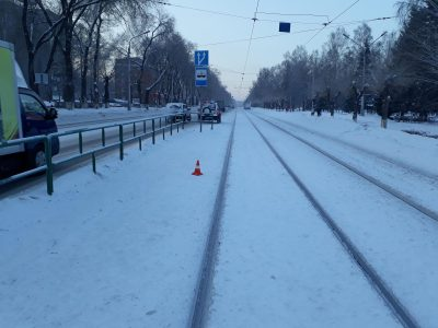 В Новокузнецке трамвай протащил пассажирку по улице
