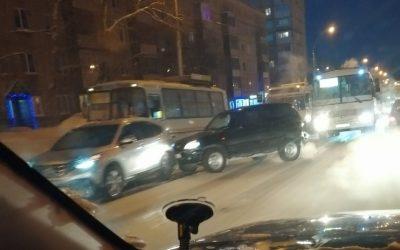 Опубликовано видео ДТП с участием маршрутки и троллейбуса в Кемерове