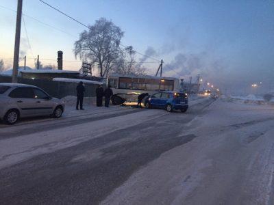 Видео: в Кузбассе Nissan на полной скорости протаранил автобус с пассажирами