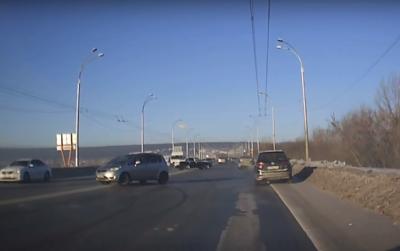 Видео: в Кемерове легковушки закружились в предновогоднем вальсе, и произошло чудо
