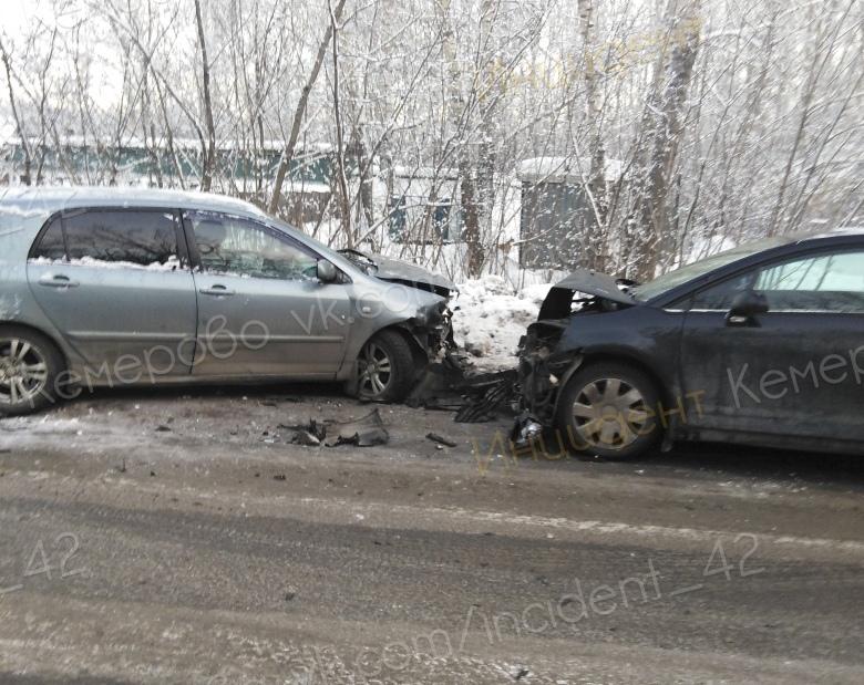 Фото: в Кемерове лоб в лоб столкнулись две легковушки, есть пострадавший