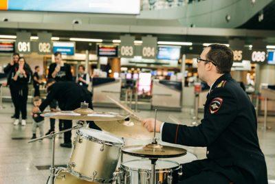 А вам слабо? Полиция устроила музыкальный флешмоб в международном аэропорту