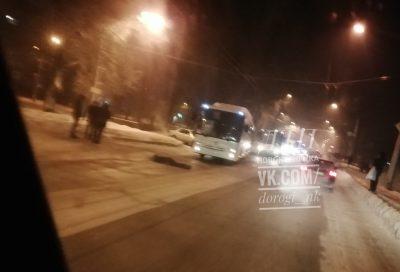 Фото: в Новокузнецке автобус сбил девушку