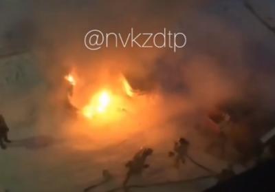 Видео: в Новокузнецке под окнами пятиэтажки полыхал кроссовер