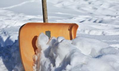 Видео: кемеровские коммунальщики кидали снег с крыши на авто