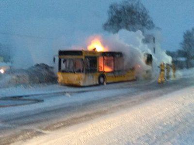 Видео: на кузбасской трассе полыхал автобус