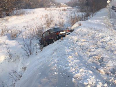 Фото: в Кузбассе «семёрка» протаранила Toyota и улетела в кювет
