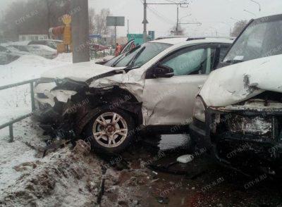 В Новокузнецке микроавтобус влетел во внедорожник, два человека пострадали