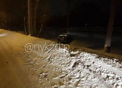 В Новокузнецке автомобиль сбил девушку и слетел с дороги