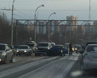 Тройное ДТП на Кузбасском мосту в Кемерове сняли на видео