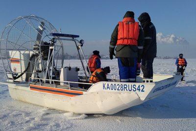 Фото: на Беловском водохранилище ищут утонувших со снегоходом мужчин