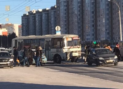 «Пробка, коллапс, паника в салоне»: в Кемерове маршрутка устроила тройное ДТП