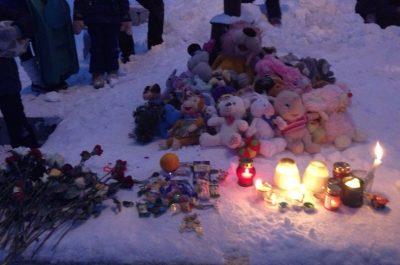 Фото: междуреченцы массово несут цветы и игрушки к месту, где погрузчик задавил девочку
