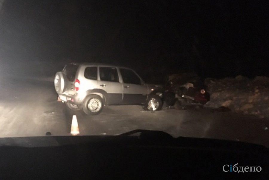 Nissan всмятку: на кузбасской трассе случилась серьёзная авария с пострадавшим